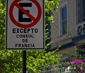 """""""No Parking"""" sign at the French Consulate in Viña del Mar, Chile 2012-01-09"""